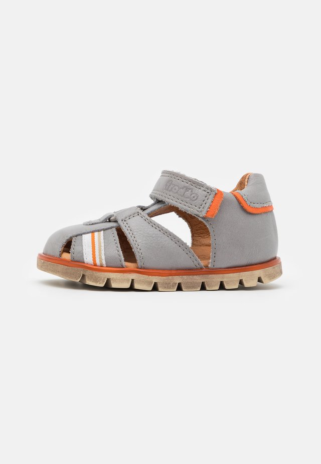 KEKO - Sandaalit nilkkaremmillä - light grey