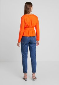 Missguided - BELTED PLUNGE BLOUSE - Blouse - flame - 2