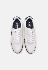 Tommy Jeans - PROFILE MIX RUNNER RETRO - Zapatillas - white - 3