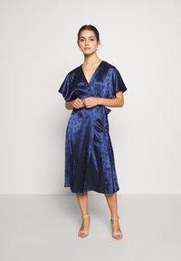 Lost Ink Petite - KIMONO WRAP SLEEVE DRESS - Robe d'été - navy - 2