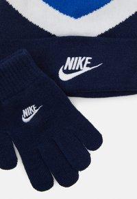 Nike Sportswear - BLOCKED BEANIE GLOVE SET - Čepice - game royal - 3