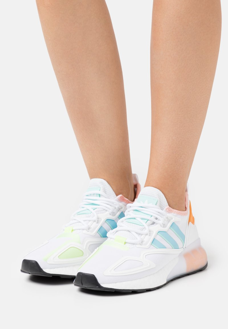adidas Originals - ZX 2K BOOST  - Sneakers laag - core white/haze sky/glow pink