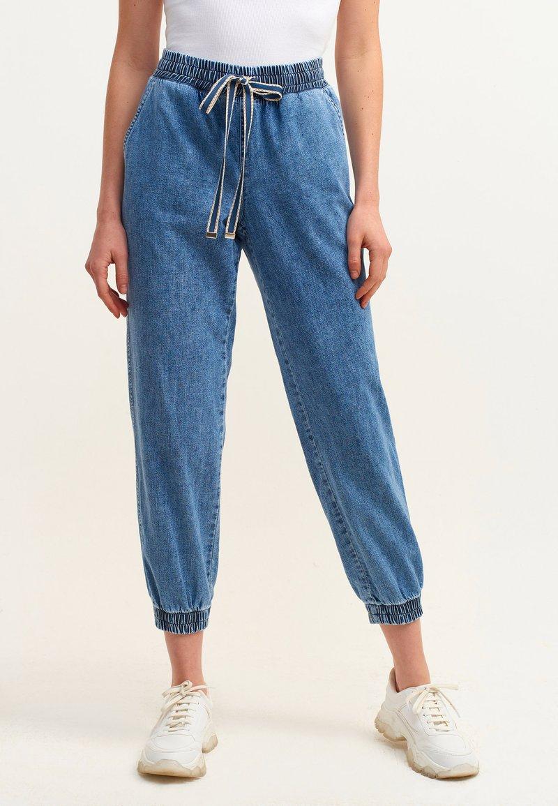 OXXO - MIT ENGEN BÜNDCHEN - Slim fit jeans - mid denim