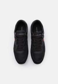 Tommy Hilfiger - ICONIC MATERIAL MIX RUNNER - Sneakers basse - black - 3