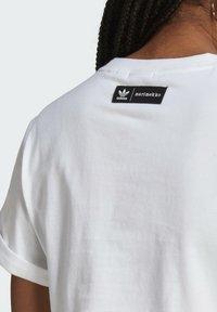 adidas Originals - T-shirt print - white/vivid red/team real magenta - 5