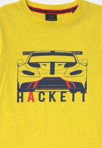 Hackett London - CAR - Triko spotiskem - yellow - 2