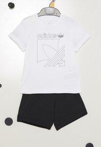 adidas Originals - BADGE - Tepláková souprava - white/black - 3