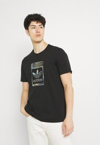 adidas Originals - CAMO INFILL TEE UNISEX - T-shirt med print - black - 0