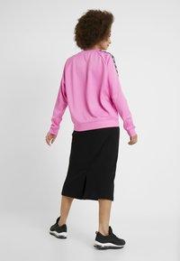 Nike Sportswear - CREW LOGO TAPE - Sweatshirt - china rose/black - 2