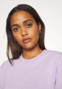 The Ragged Priest - TEE WITH TRIGGERS - T-shirts - lilac - 3