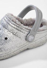 Crocs - CLASSIC GLITTER LINED  - Drewniaki i Chodaki - silver - 5