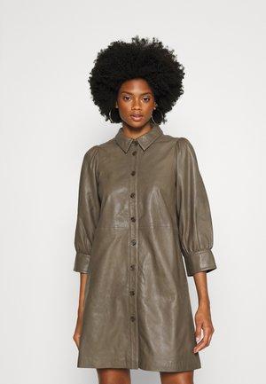 LIENE - Košilové šaty - walnut