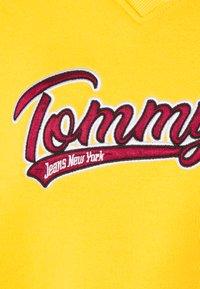 Tommy Jeans - VNECK - Sweatshirt - star fruit yellow - 2