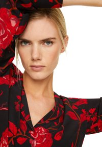 comma - MIT ALLOVER-PRINT - Button-down blouse - black red roses - 3