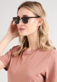 Ray-Ban - 0RB3016 CLUBMASTER - Sunglasses - braun/goldfarben - 1