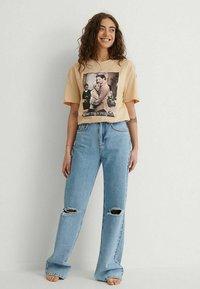NA-KD - Print T-shirt - beige more than friends - 1