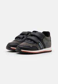 BOSS Kidswear - TRAINERS - Baskets basses - medium grey - 1