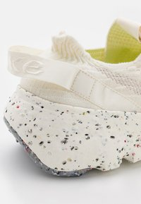 Nike Sportswear - SPACE HIPPIE 04 - Sneakers basse - sail/light orewood brown/sail - 5