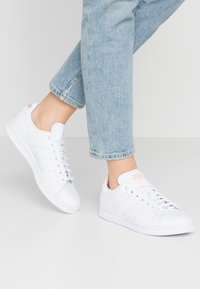 adidas Originals - STAN SMITH - Trainers - footwear white/glow pink - 0