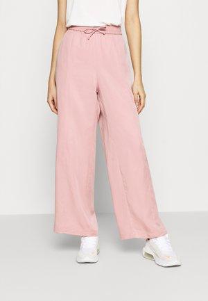 YASMIN JOGGERS - Teplákové kalhoty - pink