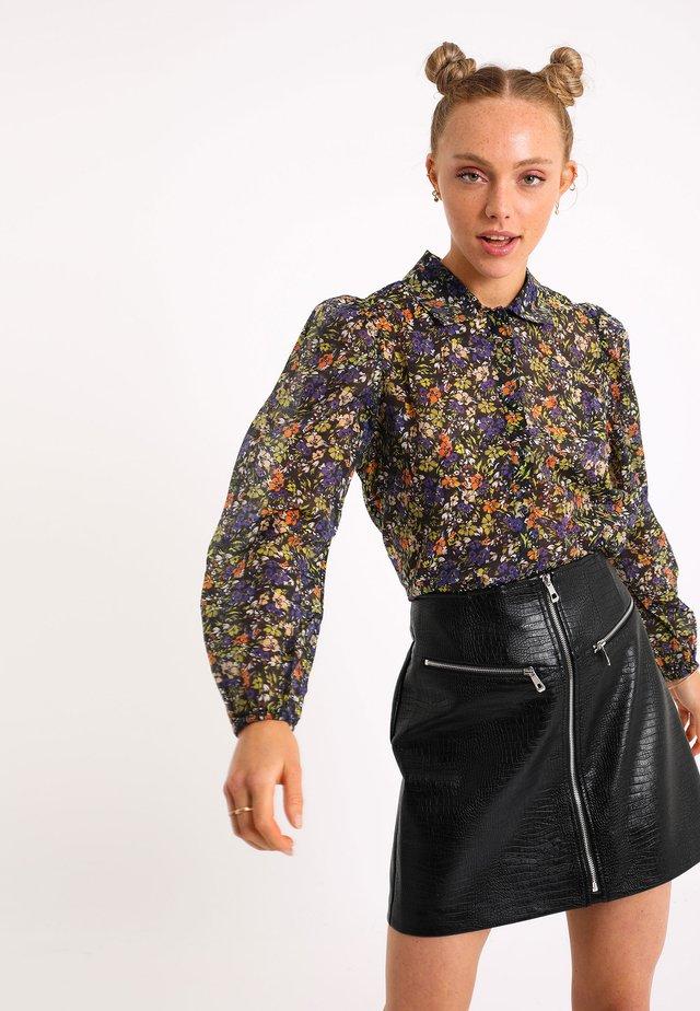MIT BLUMEN-PRINT - Koszula - schwarz