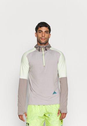 TRAIL HOODIE - Camiseta de deporte - college grey/moon fossil/lime ice