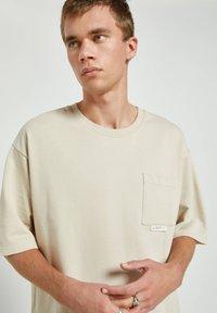 PULL&BEAR - Basic T-shirt - off-white - 3