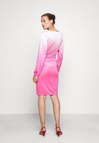 HOSBJERG - RILEY LONG SLEEVE DRESS - Pouzdrové šaty - pink dip dye - 2