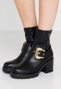 Versace Jeans Couture - Botki na platformie - nero - 0