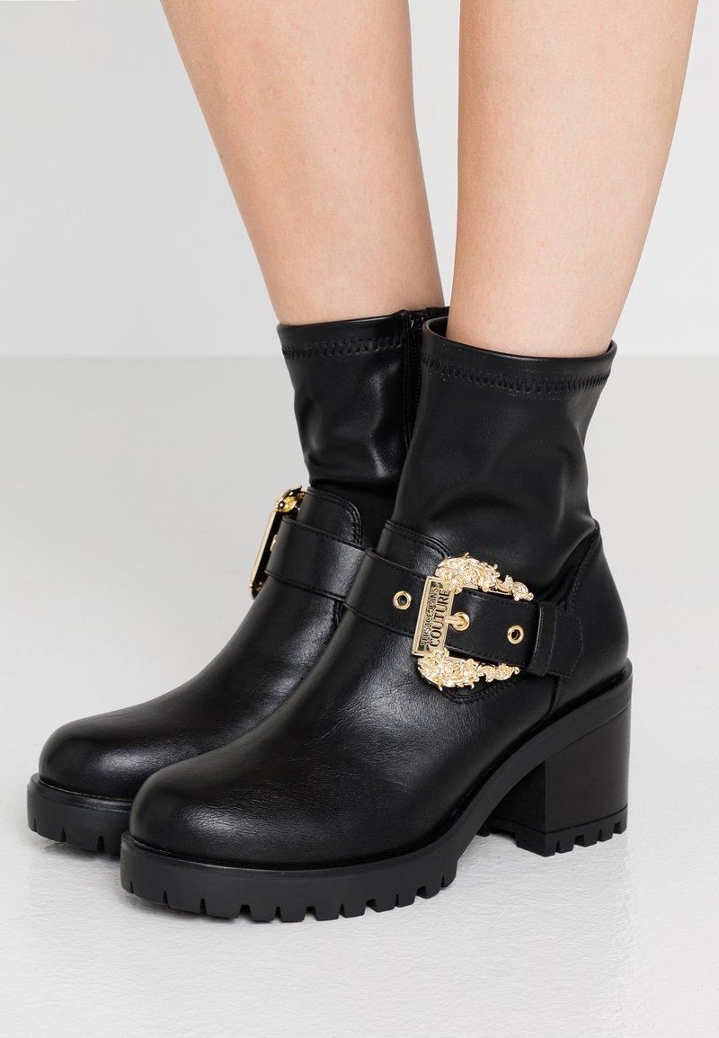Versace Jeans Couture - Botki na platformie - nero