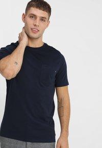 Jack & Jones - JJEPOCKET TEE SS O-NECK - Basic T-shirt - navy blazer - 0