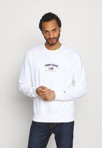 Tommy Jeans - TIMELESS CREW UNISEX - Collegepaita - white - 0