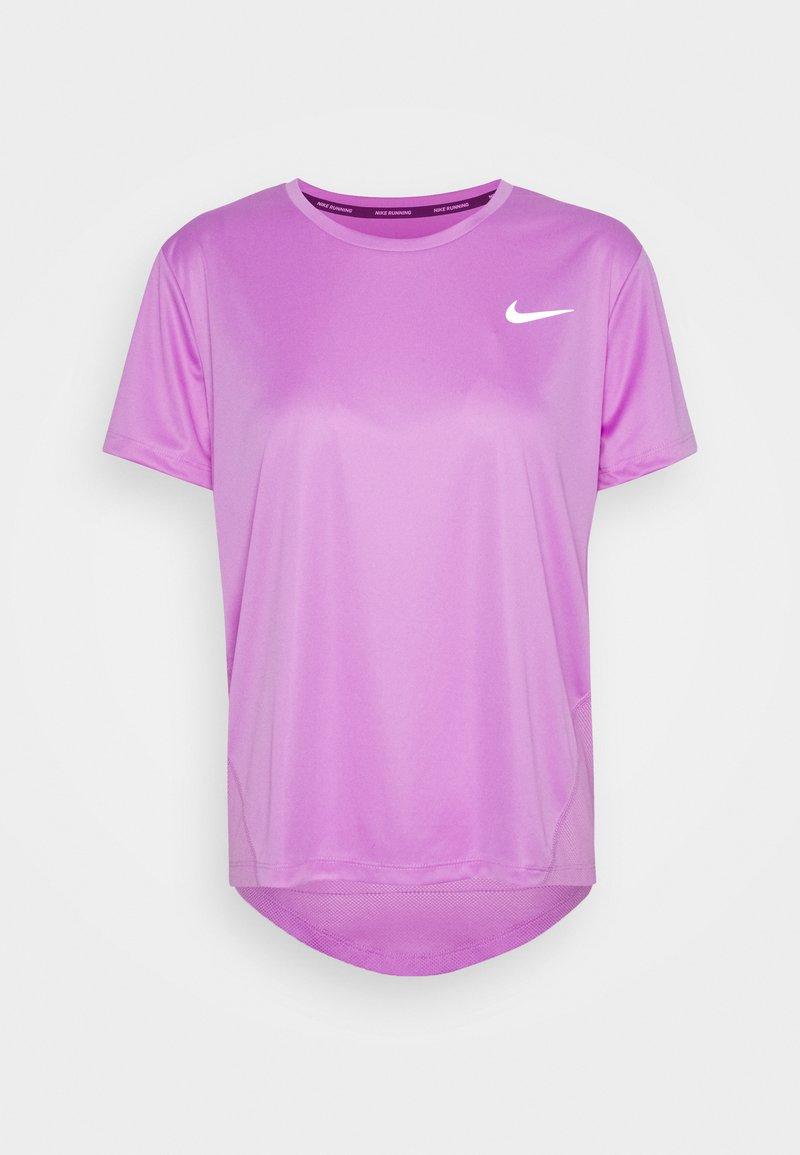 Nike Performance - MILER - T-shirt med print - fuchsia glow/reflective silver