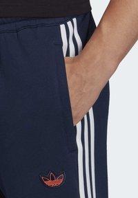 adidas Originals - OUTLINE JOGGERS - Tracksuit bottoms - blue - 4