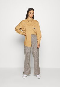 Tommy Jeans - BADGE DETAIL - Button-down blouse - country khaki - 1