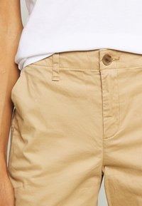 GAP - GIRLFRIEND - Pantalones chinos - beige - 4