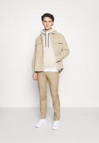 Calvin Klein - SMALL CHEST LOGO HOODIE - Luvtröja - beige - 1