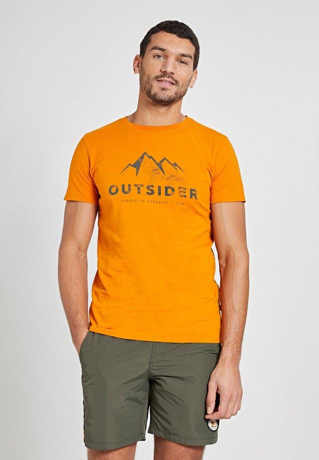 OUTSIDER - T-shirt imprimé - maple orange