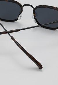 Le Specs - RACKETEER - Sluneční brýle - smoke - 4