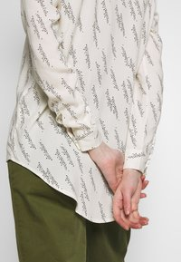Vero Moda - VMGUNHILD - Košile - nude - 3