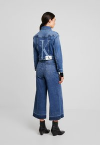 Calvin Klein Jeans - CROPPED FOUNDATION TRUCKER - Jeansjacke - iconic mid stone - 2