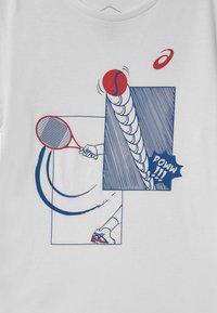 ASICS - TENNIS UNISEX - Print T-shirt - brilliant white - 2