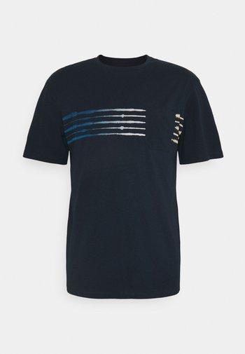 JORSHIBORI TEE CREW NECK - Triko spotiskem - navy blazer