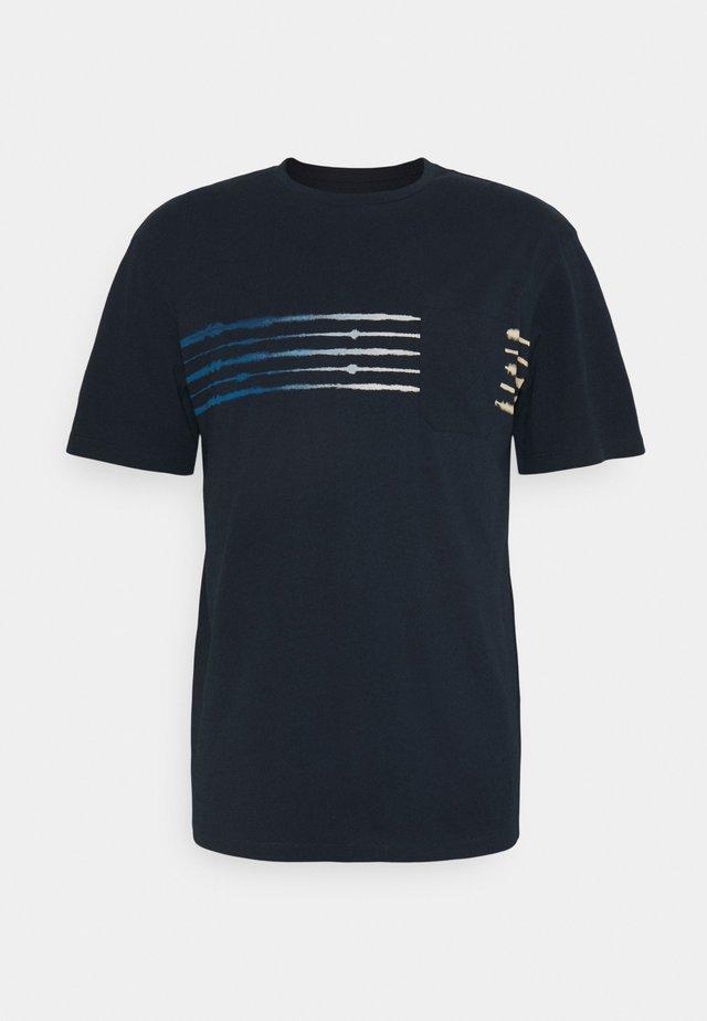 JORSHIBORI TEE CREW NECK - Print T-shirt - navy blazer