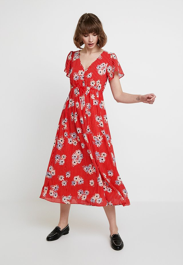 V NECK FLUTTER SLEEVE MIDI DRESS PRINT - Korte jurk - retro lipstick red