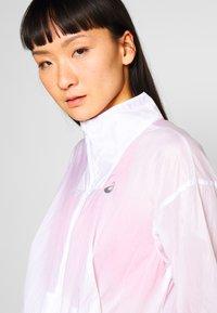 ASICS - TOKYO JACKET - Běžecká bunda - brilliant white - 4
