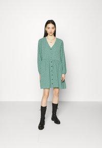 Monki - TORBORG DRESS - Vestito estivo - green irrydot - 0