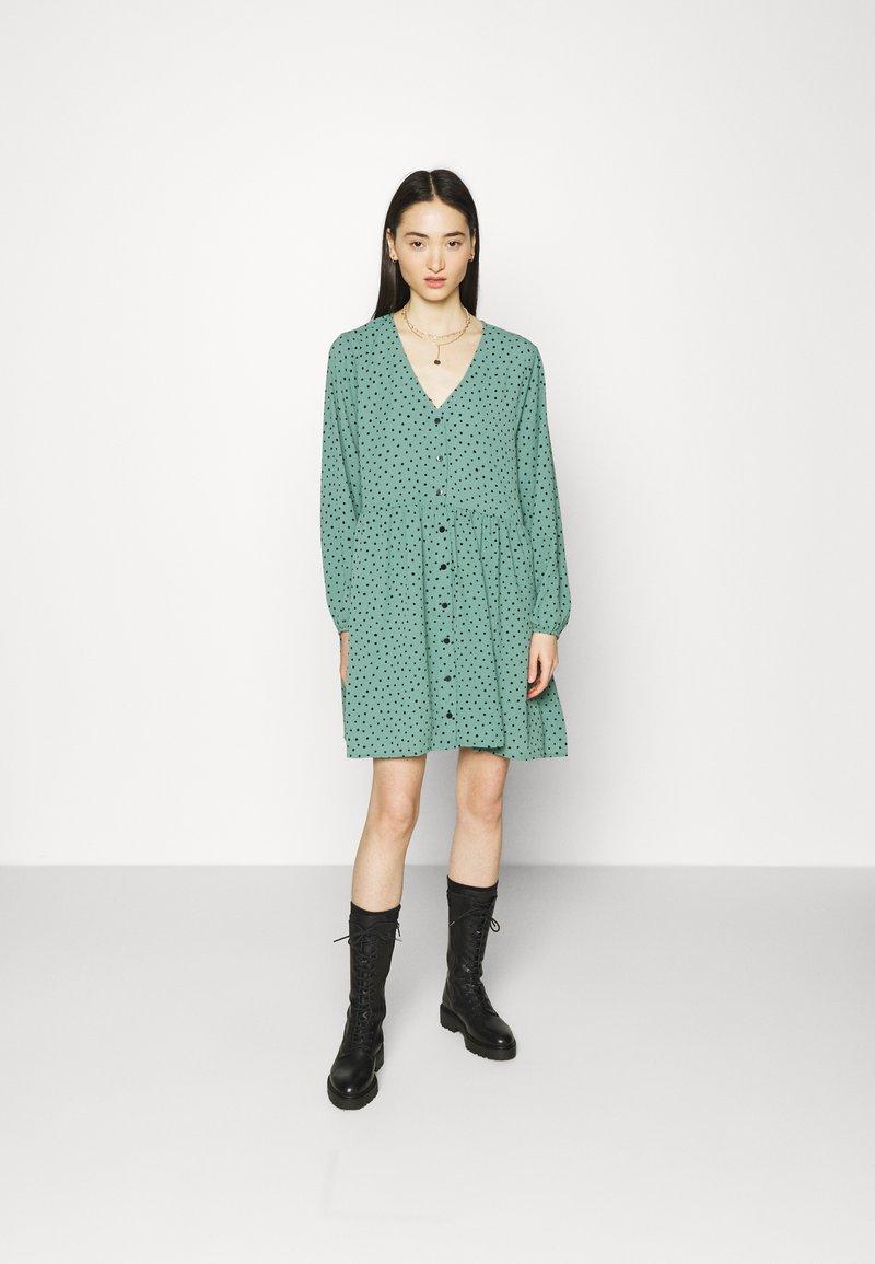 Monki - TORBORG DRESS - Vestito estivo - green irrydot