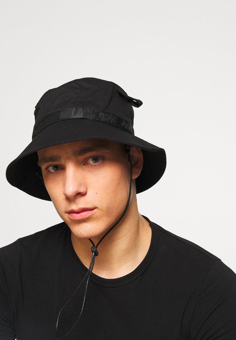 Uncommon Souls - LOGO BUCKET HAT - Kapelusz - black/black