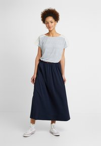 ONLY - ONLMIRA - Camiseta estampada - insignia blue/cloud dancer - 1